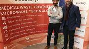 Romain Dufrasnes (à gauche) et son frère Olivier Dufrasnes (à droite) veillent aux destinées du leader mondial dans le traitement et le recyclage des déchets hospitaliers.