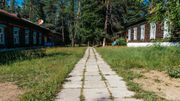 Une architecture en bois de Sibérie, des blocs au charme un peu soviétique, le sanatorium est surtout au cœur d'une nature exceptionnelle.