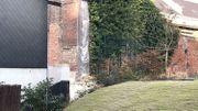 A l'autre extrémité, le pan qui reste du mur effondré est toujours recouvert d'une protection en attendant une reconstruction