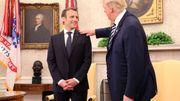 Dans le bureau ovale, Donald Trump époussette l'épaule d'Emmanuel Macron.