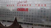 """Charlie Hebdo - """"Nous sommes tous Charlie"""" inscrit sur la façade de l'Institut du monde arabe à Paris"""