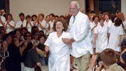 Hubert de Givenchy présente sa secrétaire Jeannette le 11 juillet 1995