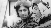 Le futur roi Philippe lors d'une séance d'entraînement au pilotage avec son instructeur, Michel Audrit, le 23 juillet 1981 à Gossoncourt.