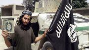 Abdelhamid Abaaoud pose avec le drapeau de l'EI en Syrie