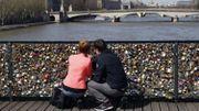"""Sur le Pont Neuf, la mairie de Paris veut déverrouiller les """"cadenas d'amour"""""""