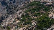 Jebel Akhdar est surnommée la montagne verte : sur les terrasses vertigineuses, de nombreuses cultures de fruits, de légumes et de roses.