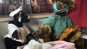 Un nounours infirmier et l'autre chirurgien s'occupent de l'hôpital des nounours