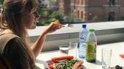 Des repas peu copieux, variés et équilibrés permettent de tenir le coup plus aisément.