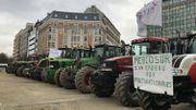11 tracteurs garés au rond-point Schuman pour sensibiliser l'Europe aux difficultés de l'élevage