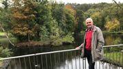 Baudouin Schellen, le bourgmestre de Viroinval, devant une île du parc de Nismes envahie par les ragondins