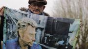 Décès de Johnny Hallyday: les fans et les médias affluent devant son domicile (photos)