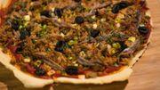 Pizza aux anchois et au thon et thon confit au citron et pommes de terre rôties