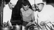 Georges Lemaire rigolant avec les cuisiniers lors du Tour 1933