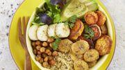 Recette: Buddha bowl au quinoa, bananes fraîches et rôties, patates douces, pois chiches, avocat et laitue