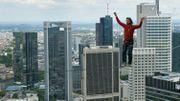 L'Autrichien, Reinhard Kleindl, reliant deux gratte-ciel à Francfort en mai 2013.