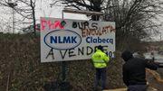 Une société de nettoyage efface les traces de l'occupation du site par les ouvriers