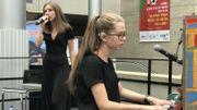 Fanny accompagne au piano sa soeur Lola