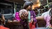 4h45 du matin, dans l'Etat indien du Jharkhand, il fait encore nuit noire. Des fillettes, adolescentes et quelques garçons grimpent dans le bus scolaire de l'école Yuwa, qui les déposera à proximité de parcelles planes et de champs non cultivés sélectionnés dans un rayon de dix kilomètres pour s'entraîner au foot.