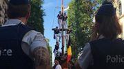 """""""Je suis Sauvage"""": acclamé et soutenu par les Athois, le """"Sauvage"""" de la Ducasse remet symboliquement ses chaînes"""