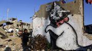 L'artiste Banksy colore les rues dévastées de Gaza