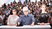 Woody Allen entre les actrices Parker Posey et Emma Stone
