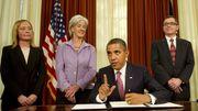 La ministre américaine de la Santé Kathleen Sebelius, au centre, s'était opposée en 2011 à une décision de la FDA.