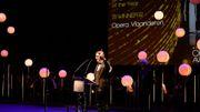 Aviel Cahn reçevant à Londres le Prix de la meilleure maison d'opéra 2019  pour l'Opera Vlaanderen