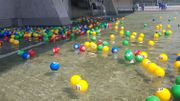 Des boules colorées ont été lancées dans la fontaine au pied de la tour des Pensions