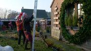 Travaux de haute voltige pour fixer des guirlandes sur le pignon de la maison