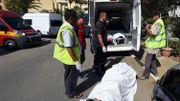 A Sousse, un corps est chargé dans une ambulance.