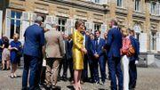 Discussion animée au soleil entre notamment le couple souverain et la famille du champion.