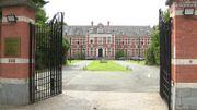 L'école est installée dans l'ancien hospice du domaine Latour De Freins à Uccle