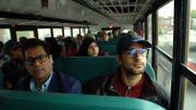 Dans le bus, il y a différentes nationalités. Leur point commun : ils vivent à Montréal mais sont courtisés par les petites villes québécoises en manque de travailleurs.