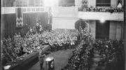 Hitler prend la parole à un rassemblement.