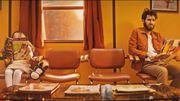 Dans un salon de coiffure vintage, Broken Back se prend pour Clint Eastwood (clip)