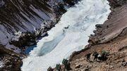 Quand le fleuve n'est pas assez gelé, les marcheurs se transforment en porteurs pour continuer à avancer.