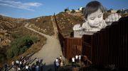 """L'artiste français JR expose """"Kikito"""", qui surplombe la frontière américaine"""