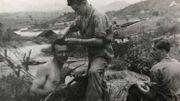 Jacques Libert jouant les coiffeurs sur fond de rizières.