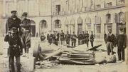 Statue brisée de l'empereur Napoléon, place Vendôme, à Paris, le 16 mai 1871