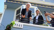 """Le chanteur français dans sa """"maison bleue"""", le 26 juin 2011."""