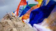 Les drapeaux bouddhistes offrent leurs prières au vent et à la nature.