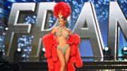 """Iris Mittenaere avait arboré comme """"costume national"""" lors de la compétition préliminaire, une tenue évoquant le Moulin Rouge et les danseuses de cabaret."""