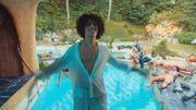 Rilès marche sur l'eau dans un clip festif