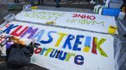 A Berlin, vendredi dernier, des jeunes élèves préparent une banderolle