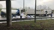 Le chargement des camions va devoir être dégagé avant l'évacuation des camions accidentés