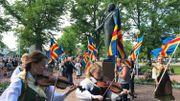 """La marche du 9 juin s'arrête toujours devant la statue de Julius Sundblom, ancien journaliste et homme politique alandais, qui a mené le mouvement en faveur du rattachement de Aland à la Suède. Il est ensuite devenu le premier président du parlement de Aland. Il est appelé par certains """"le roi de Aland"""" et par d'autre """"père de la nation"""""""