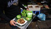 A Hanoï, des galettes de vers frits, délices des soirées hivernales