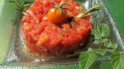 Tartare d'autruche, olives farcies à l'ail, purée de poivrons, pesto au basilic et pecorino