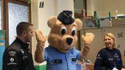 La mascotte de l'opération, l'ours Bruno, rigolo et un peu boudiné dans son uniforme de policier.