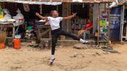 Le jeune danseur nigérian qui avait ému la toile en dansant sous la pluie vient de recevoir une bourse d'étude